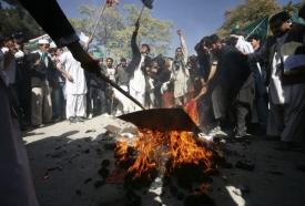 Demonstranti spálili figuru představující Baracka Obamu.